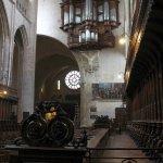 Vue de l'orgue monumental fixé en saillie sur un mur