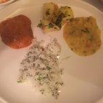 n 8-gangen culinaire reis door India met een enthousiaste uitleg over de gerechten. allemaal ver
