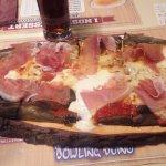 Pizza con impasto nero servita su tagliere di legno... da vedere veramente bella!