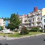 Pohled na budovy hotelu z Mírového náměstí
