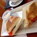 algo pobre los sandwich pero deliciosas las salsas