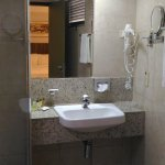 Banheiro com alguns problemas, como goteiras e infiltrações.