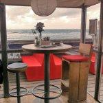 Tisch 34-1 innen am Eingang mit schönem Blick auf Strand und Meer