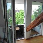 Mini-Balkon, der nicht zum Sitzen einlädt - kein Tisch