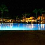 Pool und Hotel am Abend