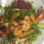 """Salade """"Shiva"""" au poulet et scampi, dressing à la mangue"""