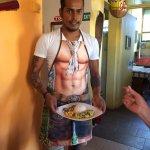 Crevettes au lait de coco avec riz, salade de crudités et pommes de terre sautees
