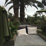 Espaces détente au bord de la piscine , très agréable et de nombreuses places disponibles ...