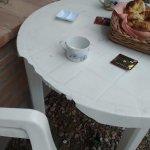 la mesa de plástico rota para desayunar