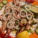 Girit adasında Damnoniye giderseniz eğer,mutlaka bu şirin ve leziz restorana uğrayın! İster et,
