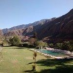 El parque y pileta del hotel termal de Cacheuta.