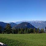 Ein Blick von der Liegewiese auf das Panorama der Berge.