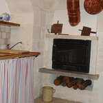 Trullo suite: angolo cottura e caminetto