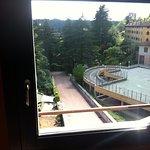 Laut Prospekt: Das Zimmer hat Fenster mit herrlichem Blick auf das Castello di Frascarolo