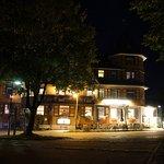 So sieht das Hotel bei Nacht aus...