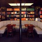 Tevens beschikt onze bar over een goedgevuld bibliotheek