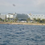 l'hôtel vu de la mer.