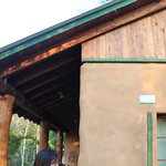 Una de las cabañas, con sistema recolector de agua