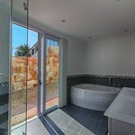 Superior Garden suite - the Springbok suite bathroom