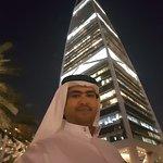 المبنى بين برجي الفندق
