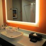 Photo de Holiday Inn Express Hotel & Suites Oklahoma City Southeast - I-35
