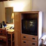 Desk/Tv/Closet/Seat.