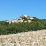 le club et village de Montpezat vus de loin
