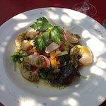 Entrée : salade de légumes croquants et scampis