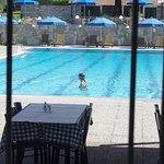Вид на бассейн из ресторана - стекло чистейшее