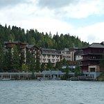 Blick über den See auf das Hotel