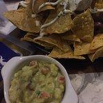 Porção grande de nachos, com sour cream, guacamole, pimentas, carne... Ótimo petisco.