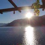 Frühstück bei den ersten Sonnenstrahlen über dem Lago Maggiore