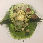 Turbot cuisson lente, sauce moutardée, cocos, chips d'andouille, raviolis de pied de cochon