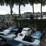 Les voitures dans le parking fermé
