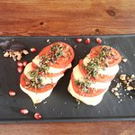розовые томаты с сулугуни на подушке из баклажанов