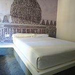 Habitación con cabecero decorado con una estampa de la Alhambra