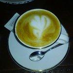 朝食のコーヒーは注文してから淹れてくれるラテアート