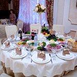 столы гостей с закусками)))