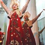 Excelente baile con el famoso paso deslizante de hermosas artistas rusas en el Teatro Nikoláievs