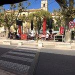 Une terrasse ensoleillée et une ambiance qui sent bon la Provence.