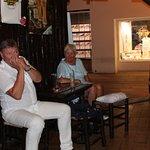Un client hollandais joue de l'harmonica en même temps que la musique du bar.