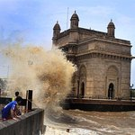 Mumbai high tide sea shore image of Gateway of India.