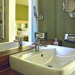 Moderne Badezimmer bieten alle Annehmlichkeiten.
