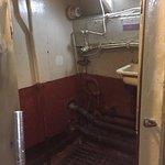 Dusche und Toilettenraum