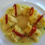 Bauletto di pasta all'uovo e baccalà su purea di ceci, rosmarino e pomodori secchi