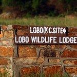 Wegweiser zur Lobo Wildlife Lodge