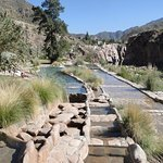 Distintas piscinas que estan entre el rio mendoza y la montaña
