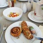 Frühstück mit selbstgemachten Brötchen.