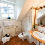 Badezimmer von einem Doppelzimmer Hotel Gisela