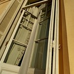 puertas de entrada a la habitación desde el balcón